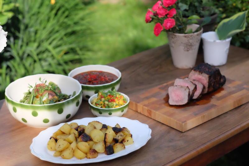 Spaetsommer-Barbecue-Grill-Kartoffeln-Rindshuft-Whisky-Sauce-Avocado-Mango-Bananensalat-Zitronen-Limonade-Minze-2