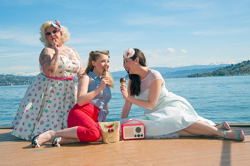 Anne, Regina & Diana - Rote Capri-Hose: Hell Bunny Karo-Bluse: Collectif
